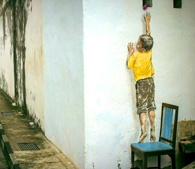 """Foto del murales intitolato """"Reaching up - boy on a chair"""""""